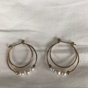 Double hoop earrings w/ pearls.  🌑 X4